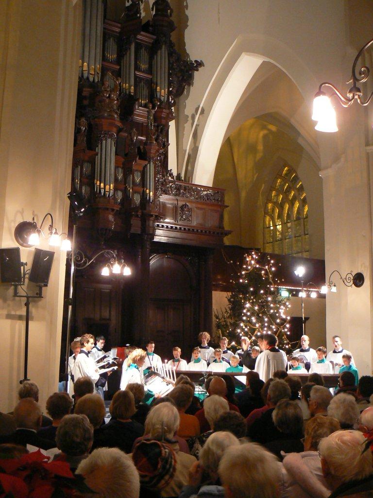 Der Aa-kerk Roder Jongenskoor met kerstboom