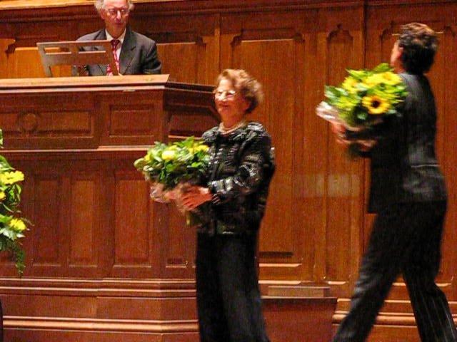 Marie-Claire Alain ontvangt bloemen