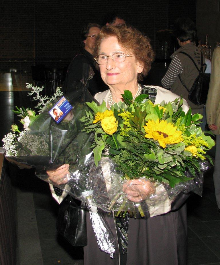 Marie-Claire Alain met bloemen