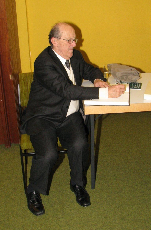 Luigi Tagliavini schrijft in het gastenboek