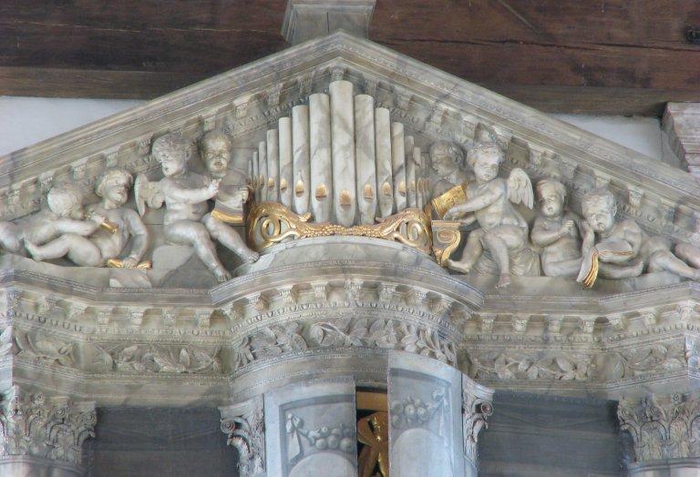 Fronton met zingende en spelende engelen