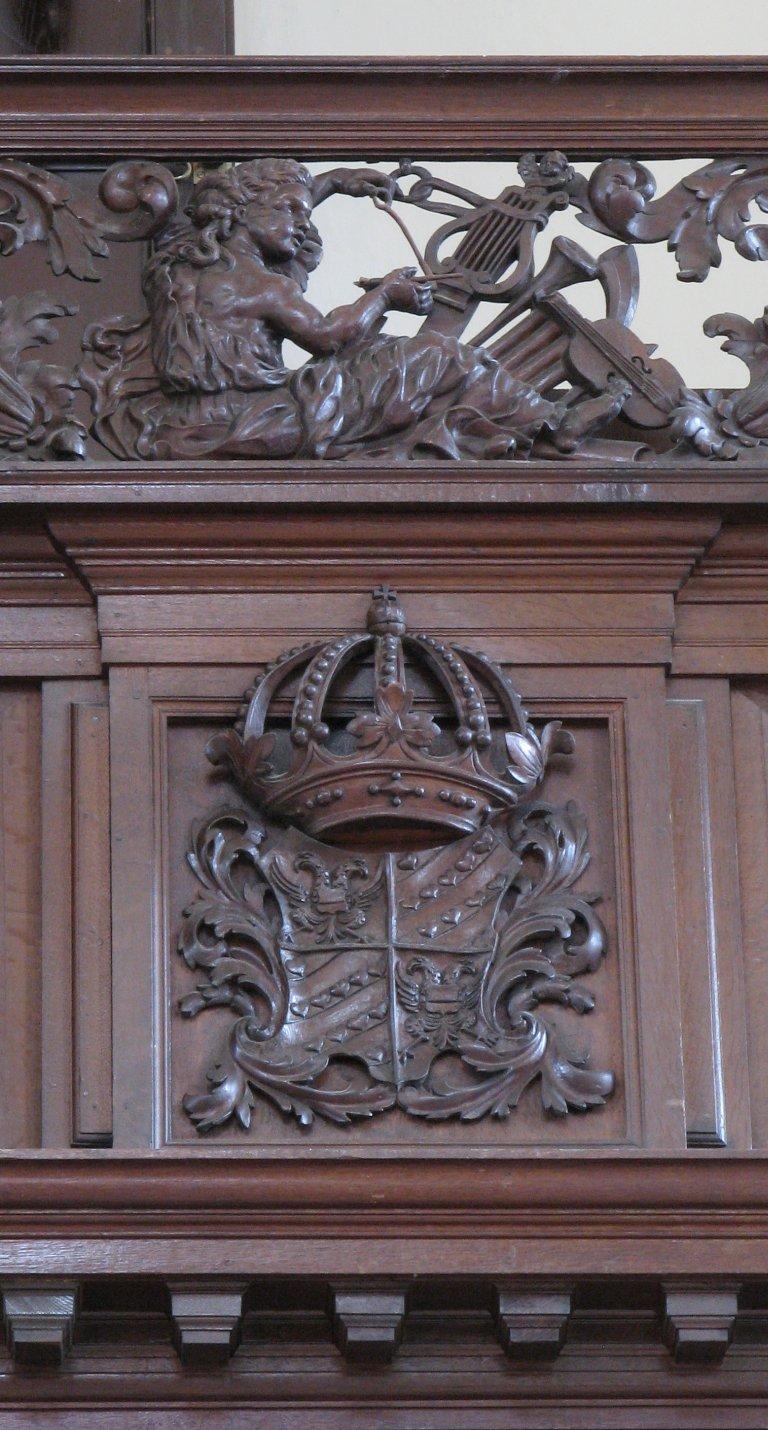Der Aa-kerk Groningen Balustrade snijwerk rechts en wapen