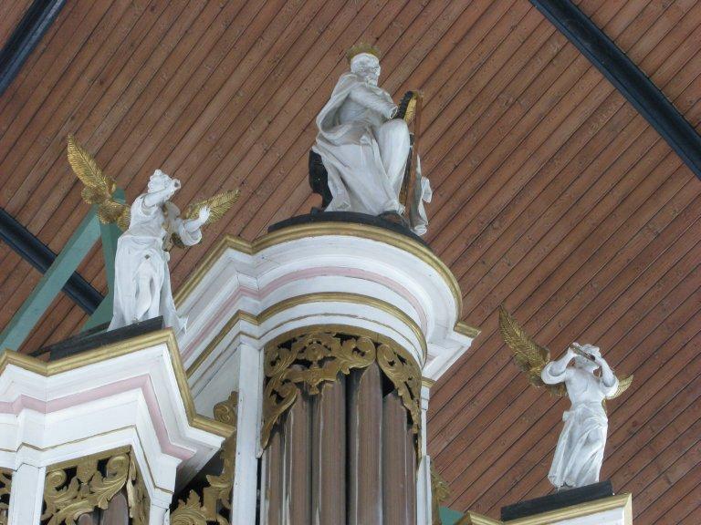 Koning David geflankeerd door twee musicerende engelen