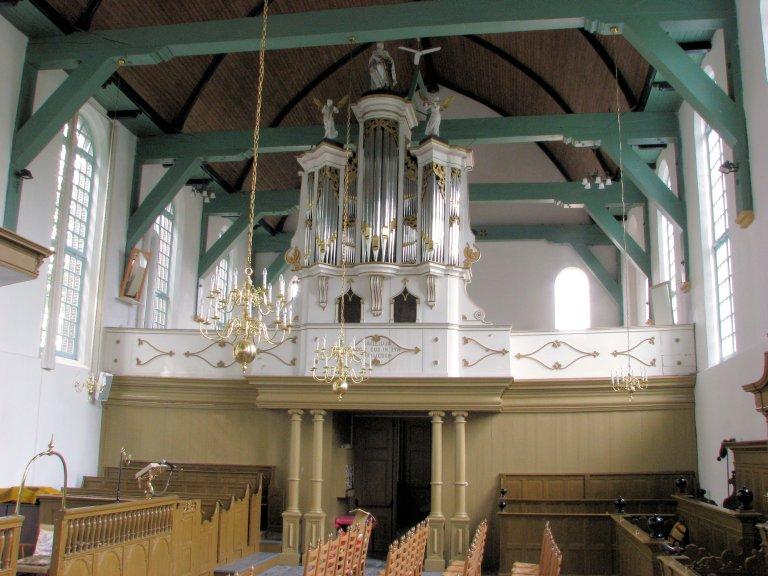 Kerkinterieur met orgel