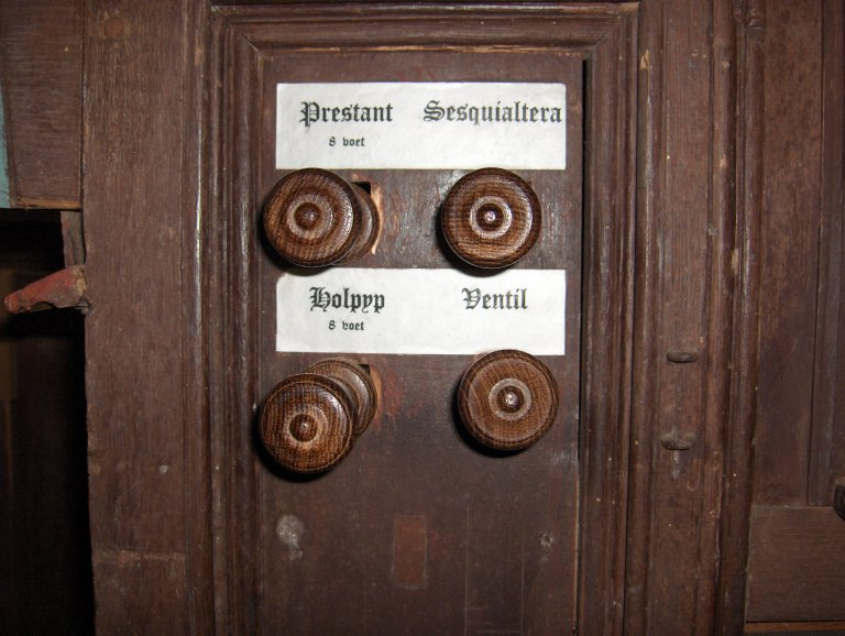 Dorpskerk Krewerd Orgel 1531 Registerknoppen links