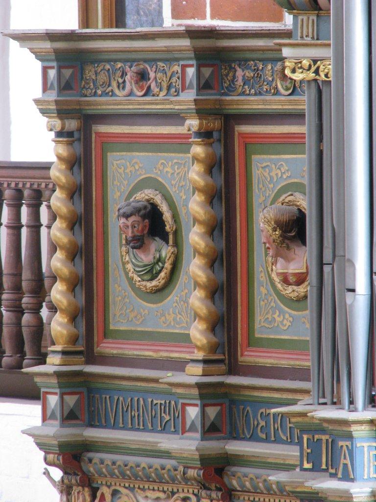Twee Portretmedaillons op Balustrade, links van het Rugpositief