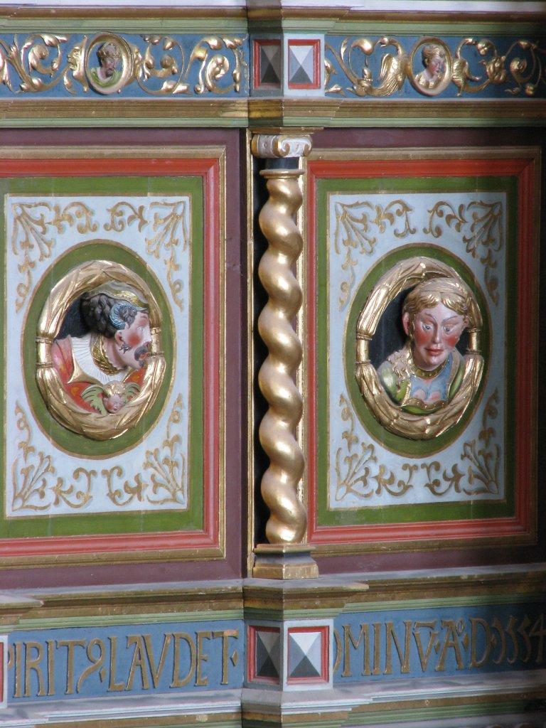 Twee Portretmedaillons op zijkant Balustrade, rechts van het Rugpositief