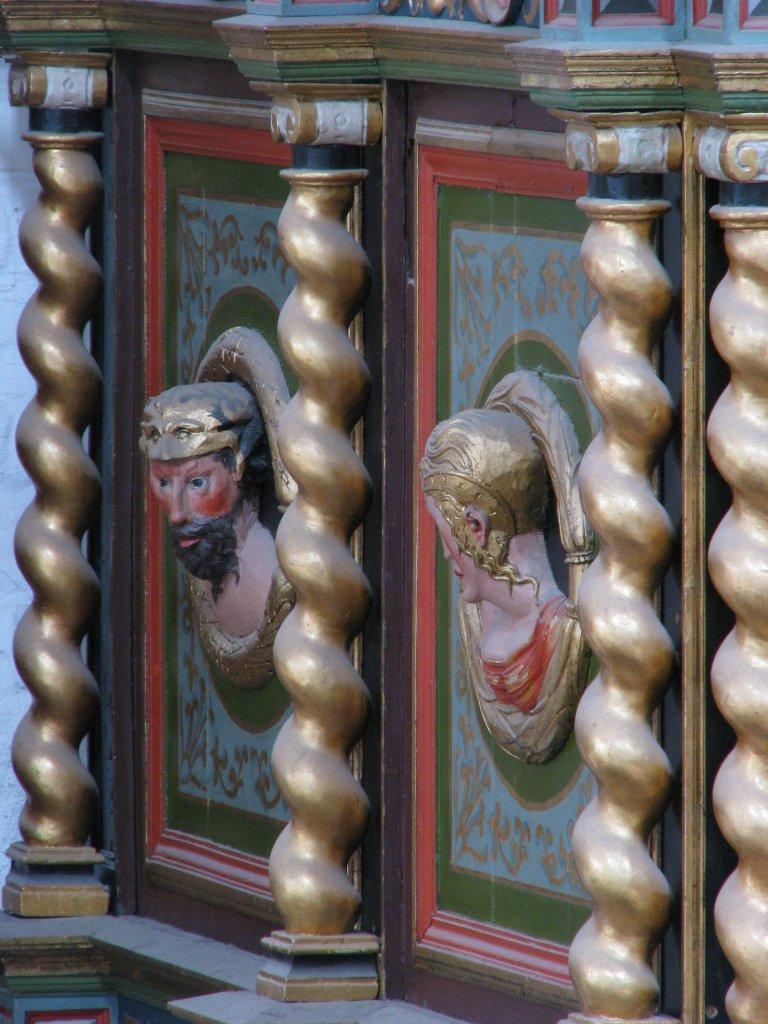 Twee Portretmedaillons op zijkant Balustrade, links van het Rugpositief
