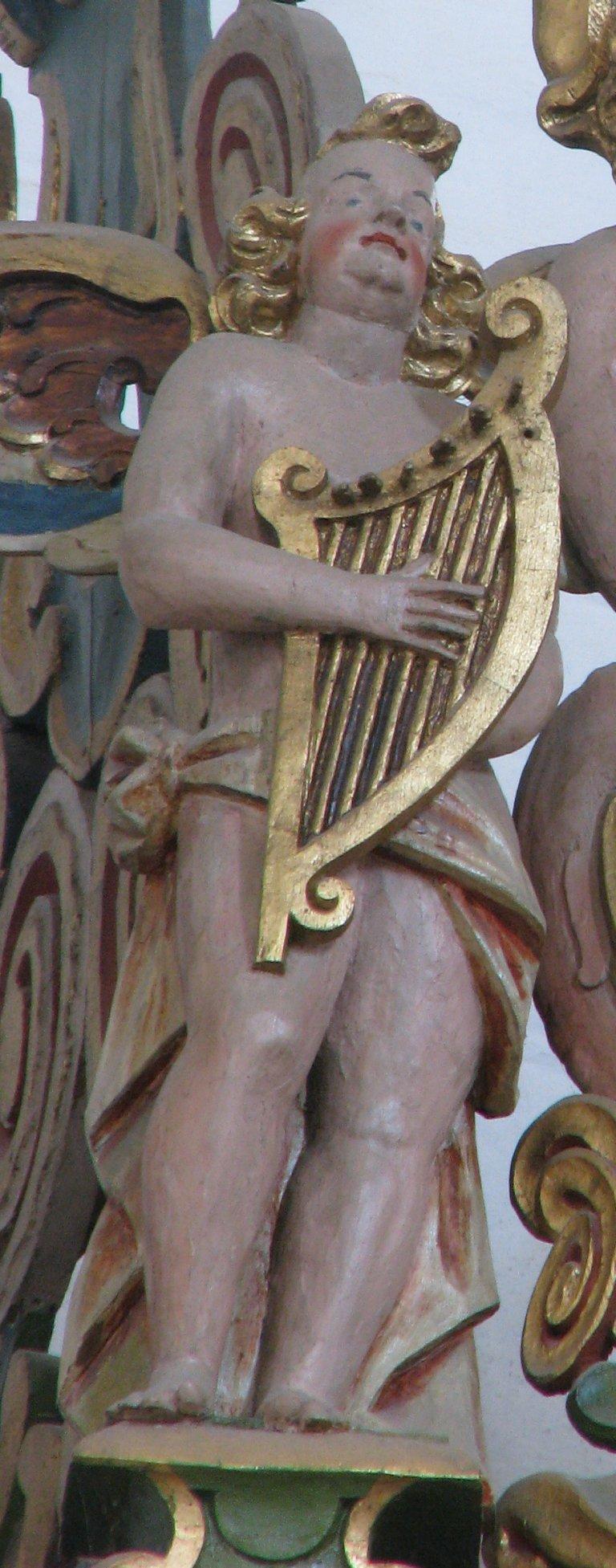 Bekroning oosttoren, harpspeler