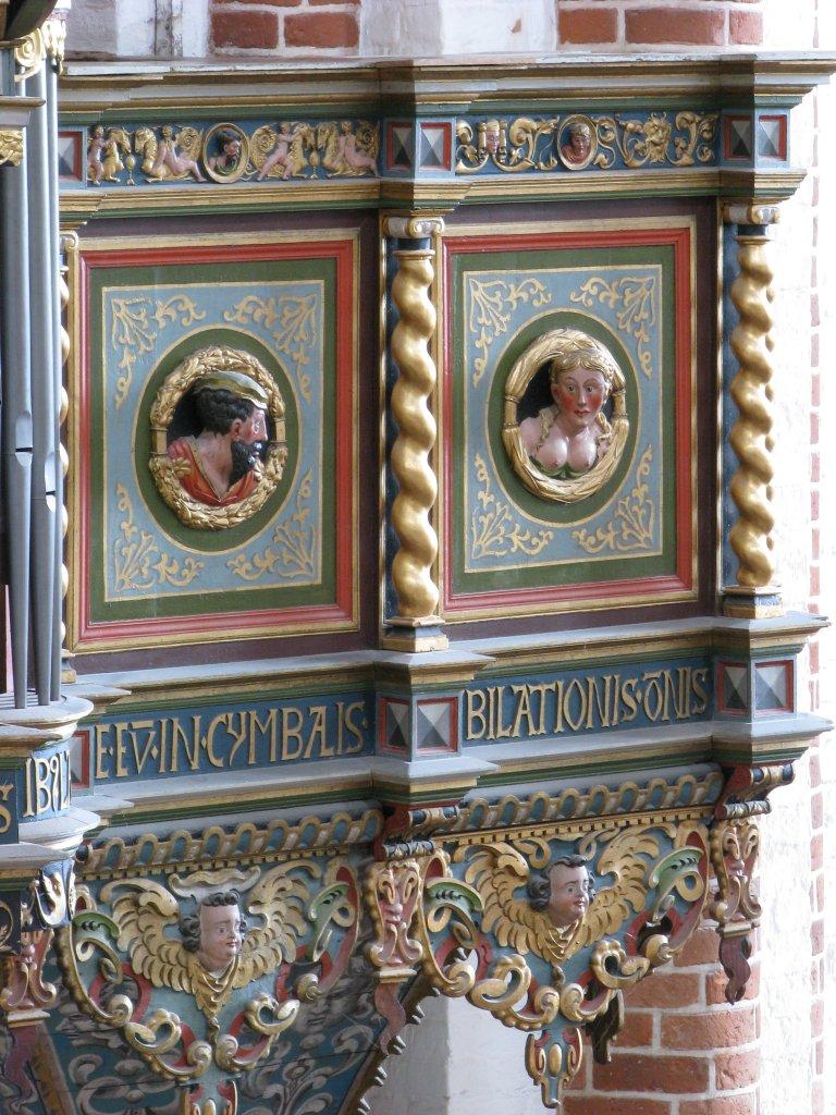 Twee Portretmedaillons op Balustrade, rechts van het Rugpositief