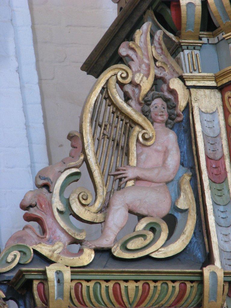 Hoofdkast, zittende harpspeler oostelijk vleugelstuk