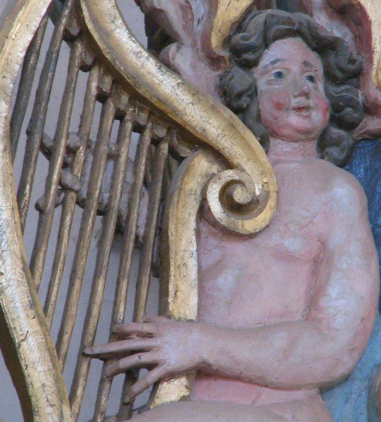 Hoofdkast, zittende harpspeler oostelijk vleugelstuk detail