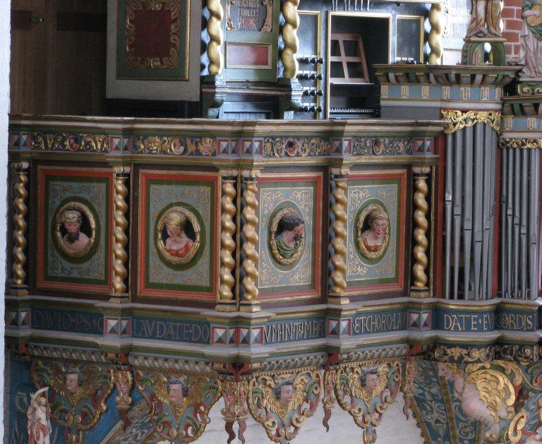 Vier Portretmedaillons op Balustrade, links van het Rugpositief