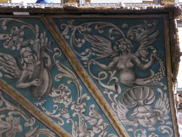 Schilderwerk onder het orgel - luitspeelster en blazer