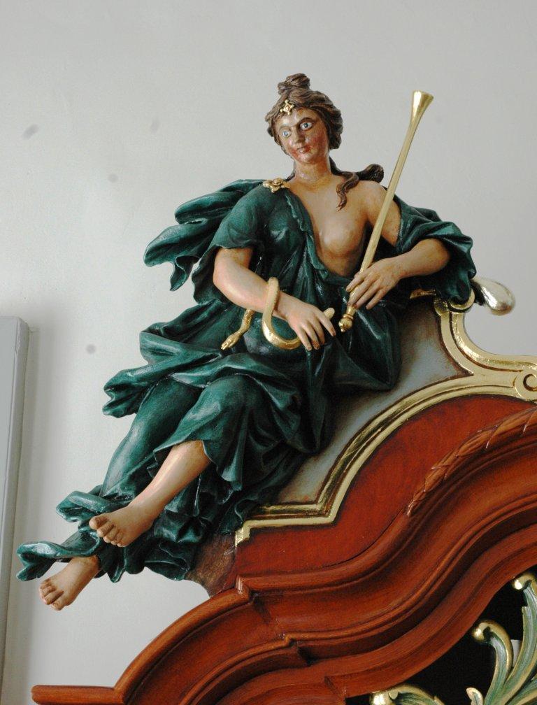 Orgel Ibe Peters Iben 1790, Bekroning links, Vrouwenfiguur