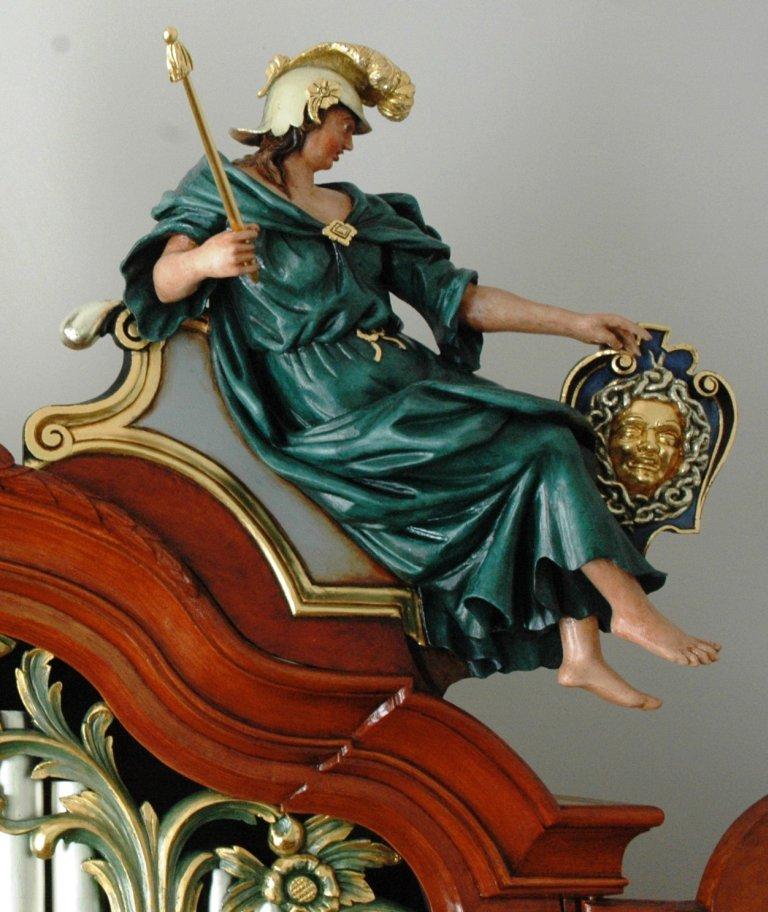 Orgel Ibe Peters Iben 1790, Bekroning rechts, Vrouwenfiguur