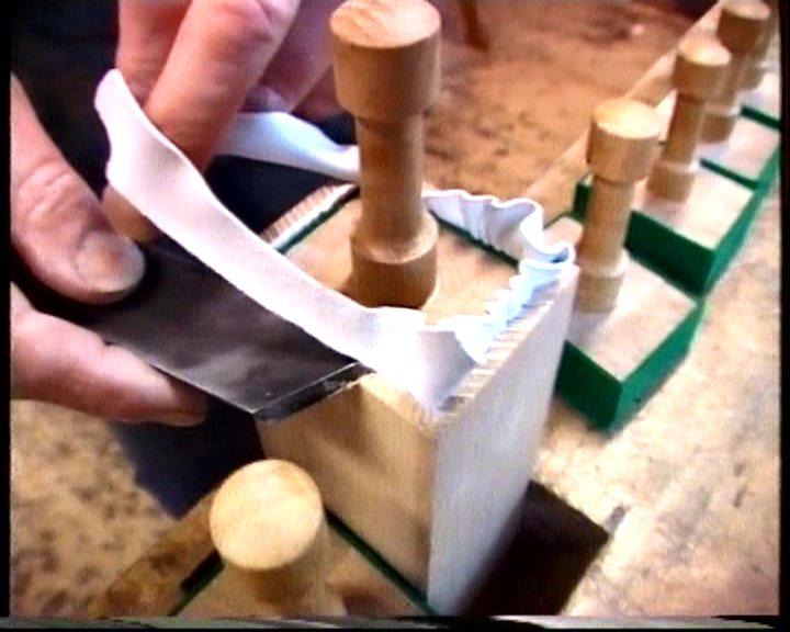 Het met leer sluitend maken van een gestopte houten orgelpijp