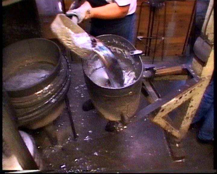 Na het smelten wordt het orgelmetaal in een emmer gegoten